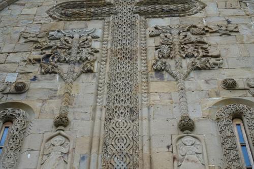左右に生命の樹を従えた十字架。
