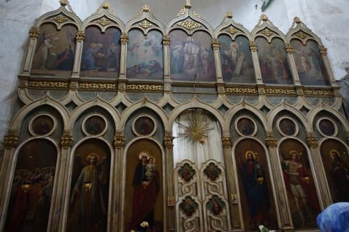 中は驚くほど明るい。小さな入口からは想像できませんね。<br /><br />イコノスタシスのある、正教の教会です。