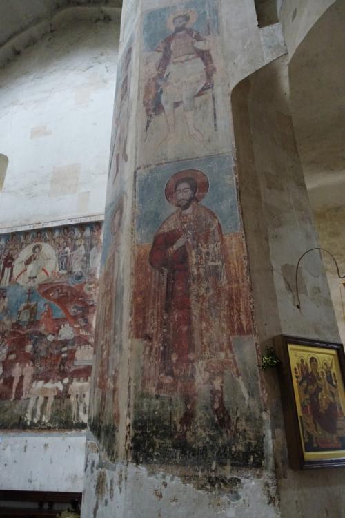 柱には聖人の絵。<br /><br />奥の壁には最後の審判が描かれています。