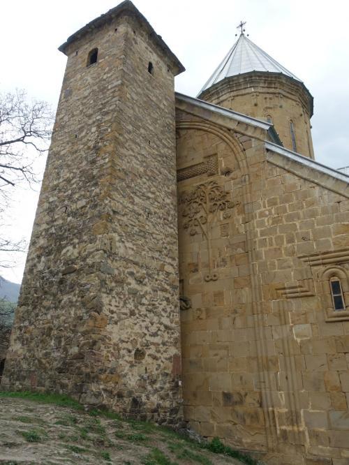 要塞教会という名前にふさわしく、教会に張り付くように見張りの塔が建てられています。