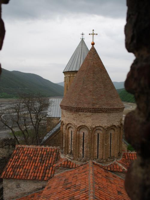 アナヌリには実は2つの教会があります。中に入れるのは奥のマリア教会。手前はキリストに捧げられた教会です。間の見張り塔は隠れていますね。<br /><br />この写真は、外壁に設置された塔から撮ったもの。