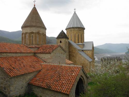 二つの教会、間の塔、そして湖。