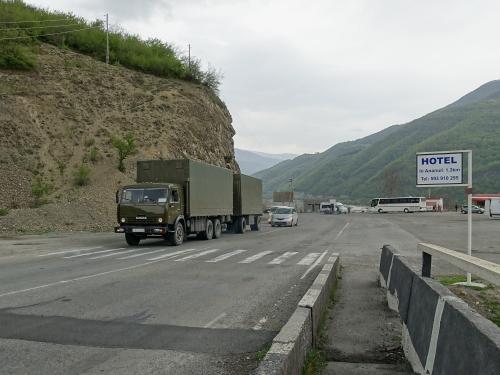軍用道路という名前にふさわしく、軍隊のトラックも通ります。<br /><br />ジョージア軍用道路は、ジョージアの首都トビリシと、北オセチア共和国の首都ウラジカフカスを結ぶ、全長210Kmほどの山岳道路です。<br /><br />ローマ時代からあったようで、現在は全面的に舗装されています。