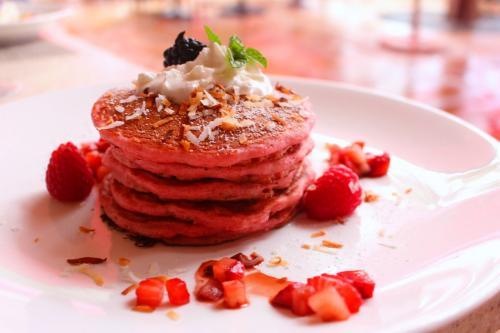 こちら<br />ワタシが選んだパンケーキ。<br /><br />ロイヤルハワイアンのテーマカラー<br />綺麗なピンクに染まっております。<br /><br />お味は…普通。<br />でも、最高にフォトジェニックでしょ?