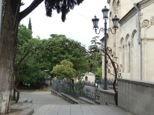 美術館と、その隣の正教の教会との間のアーチ。ぶどうのつたの模様です。