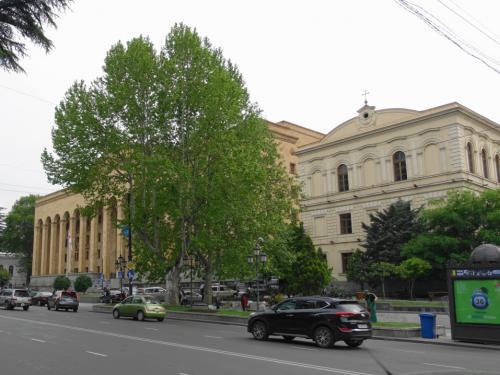 美術館の斜め向かいには国会議事堂。