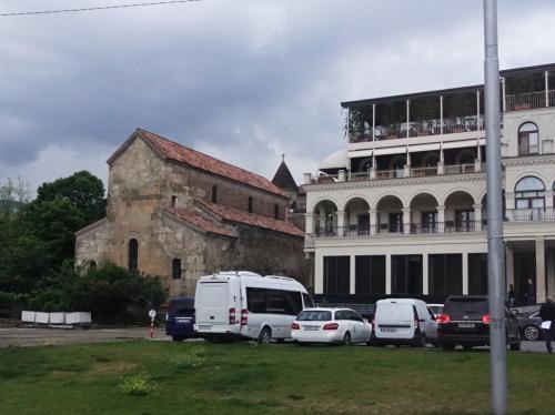 背中部分しか見ることができませんでしたが、トビリシに現存する最も古い教会、聖アンチスハティ教会。<br /><br />6世紀の教会です。バシリカ様式であることがよくわかりますね。