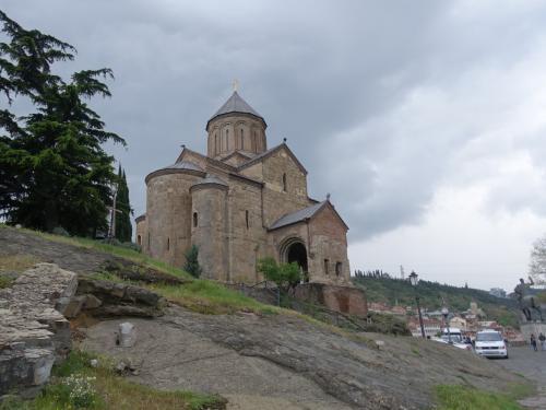 岩の上に建つ、メテヒ教会。創建は6世紀ですが、現在残っているのは13世紀の建物。