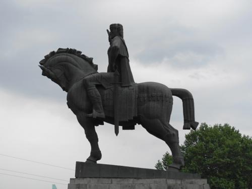 街を見下ろしているのは、トビリシの街を築いたワフタング・ゴルガサリ王の像。