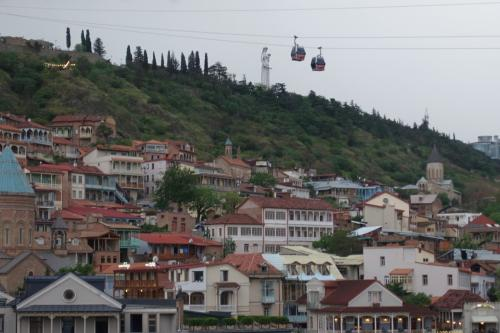 丘の上には、巨大な「グルジアの母」像。<br /><br />片手にワイングラス、片手に剣を持つ姿。