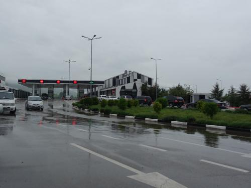 ジョージア、アルメニア国境、サダフロ。ジョージア側を出たところです。<br /><br />アルメニアのパスコントロールまでの間、バスで走ります。雨だったので歩かずに済んでほんとによかった。