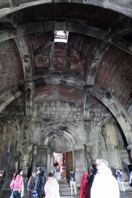 ガヴィット。大きなアーチがかかり、上から光が差し込んでいます。<br /><br />その奥が聖ヌシャン聖堂。