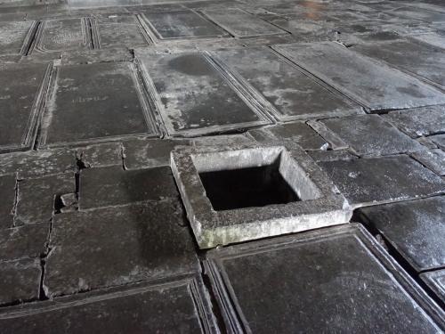 ガヴィットの床。ガヴィットは前室とも言われますが、教会の中には葬ることができない庶民の墓が床一面に収められています。