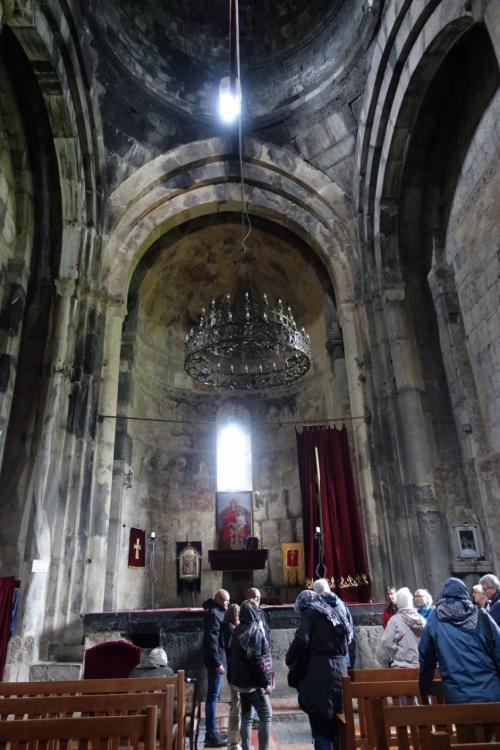 聖堂に入りました。<br /><br />イコノスタシスがないので、正教の教会でないことが一目瞭然。アルメニア使徒教会と呼ばれています。キリストの弟子、タダイとバルトロメオが直々に宣教したことを誇りとしているのです。<br /><br />祭壇にカーテンがかかっているのは、今も使われている(生きている)教会である証。