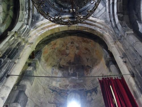 祭壇上のアプスには13世紀のフレスコが残っています。<br /><br />キリストと十二使徒が描かれているとのこと。
