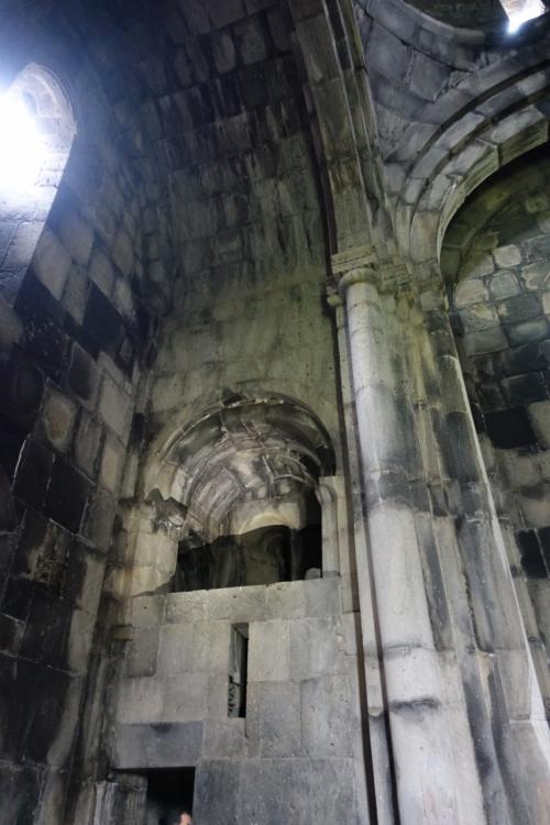入口側には、二階がしつらえています。ハフパト修道院はバグラト朝のアショット3世の二人の息子のために造られた寺院。王様はここからミサに列席したのでしょうか。