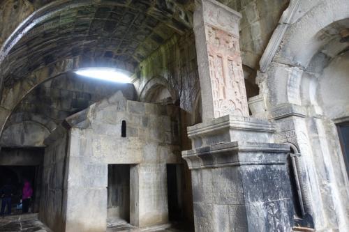 聖ヌシャン聖堂と、聖ハマザップ聖堂の間のギャラリーに、そのハチュカルはありました。<br /><br />キリストの磔刑が彫られた、「アメナプルキチュ」と呼ばれるハチュカルです。<br /><br />ハフパトの語源は、「強い壁」。二つの聖堂を支え合う、まさに強い壁を感じさせる場所でもあります。