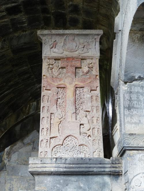 アメナプルキチュのアップ。精巧な彫刻が施されています。<br /><br />この石に逢いたくて、アルメニアまでやってきたのです。<br /><br />最上部中央には神、左右には2人づつの天使。磔刑のキリストの下には聖母マリア、左右には十二使徒が彫られています。<br /><br />素朴だけれど、心に沁みる表現です。