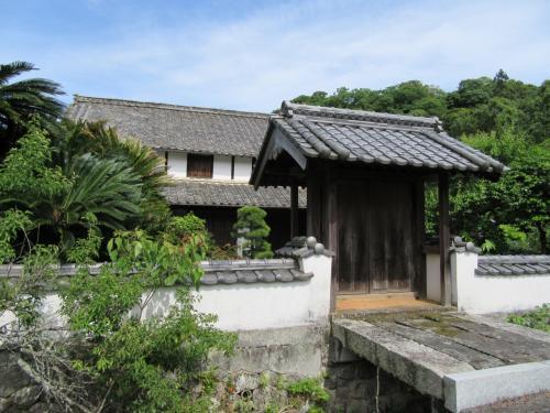 庄屋屋敷の正門で 周りは堀になっています。