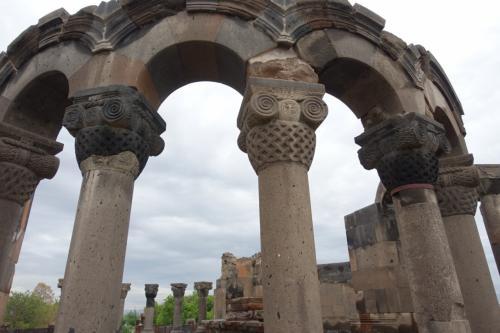 4つのアプスを形作っていた列柱とその上のアーチ。