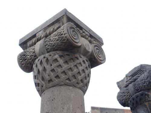 渦巻きとカゴメ模様の柱頭が特徴的です。