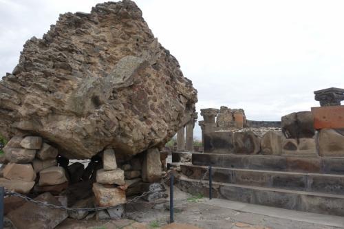 地震で崩れた石。