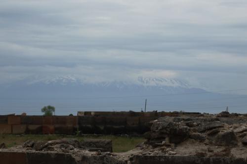 どんより曇った雲に下に、ちょっぴりだけアララト山の麓部分が見えました。