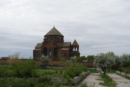 聖リプシメ教会。618年に建立された当時の姿をとどめています。<br /><br />右側の鐘楼は17世紀に増設されたものです。