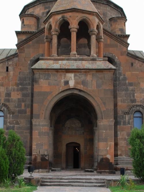 鐘楼と入口。