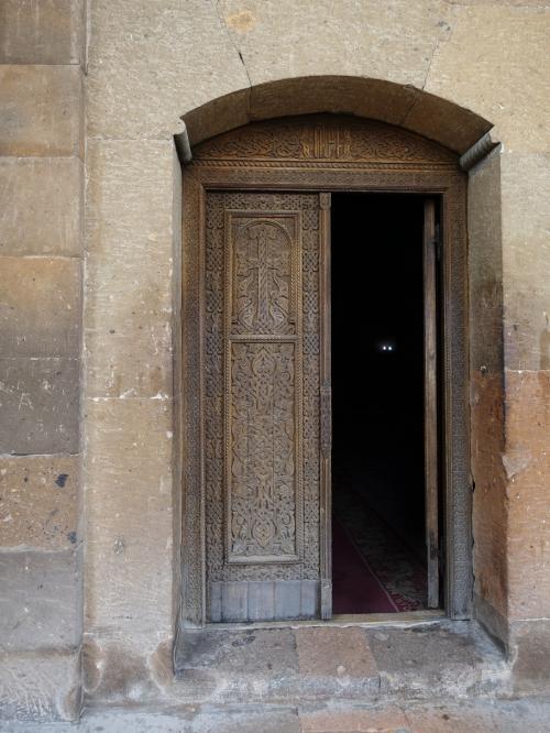 扉の彫刻も繊細です。