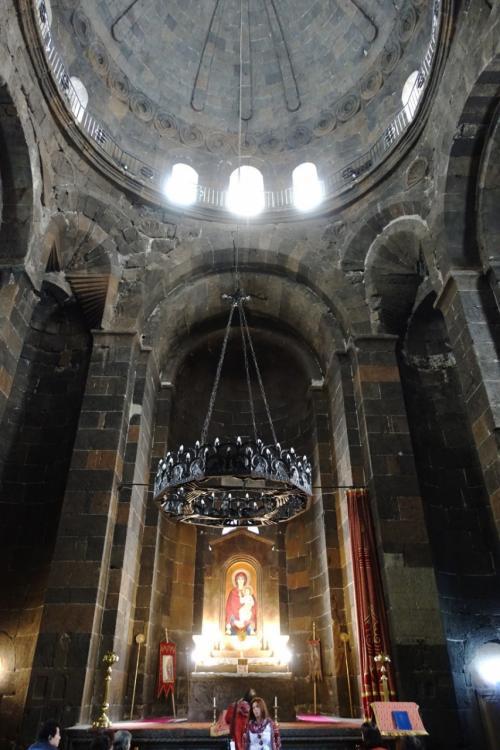中に入ると、驚くほど明るい。<br /><br />ドームから光が降り注いでいます。<br /><br />祭壇にはカーテンがあり、今も使われている教会であることがわかります。