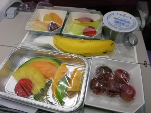 にゃん妻はフルーツミール。<br />前菜が果物なら、メインも果物、、、。