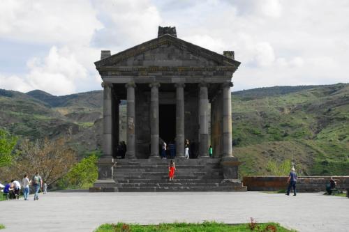 丘を背景に、端正な建物が。<br /><br />アルメニアに唯一残る、ヘレニズム様式の建物です。もとは紀元1世紀に建てられた神殿ですが、その後壊され、20世紀になって再建されたものだそう。
