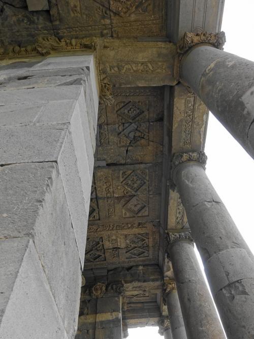 屋根の裏側にも彫刻が施されていました。