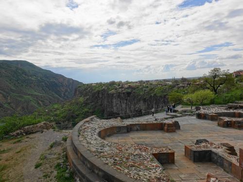 ガルニ神殿の前には、昔の教会の遺構も。
