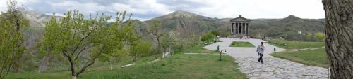 りんごの花が咲く美しい渓谷。パノラマでどうぞ。<br />(クリックすると大きな写真が開きます)