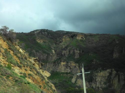岩山にかこまれて。上の方にも洞窟が見えます。
