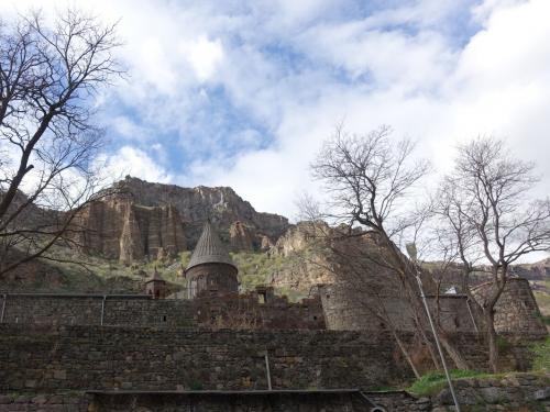 岩山を背景にしたゲハルト修道院。<br /><br />4世紀に遡る、由緒ある修道院です。