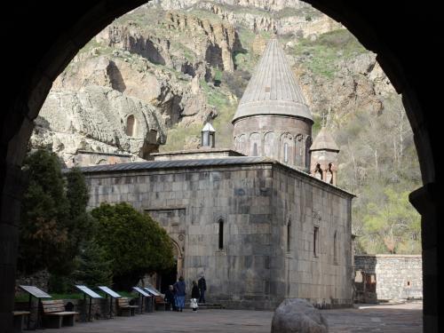 門から見たゲハルト修道院。手前の四角いところがガヴィットです。<br />手前に見える丸い石は、地震の時でしょうか、上から落ちてきたものだそう。