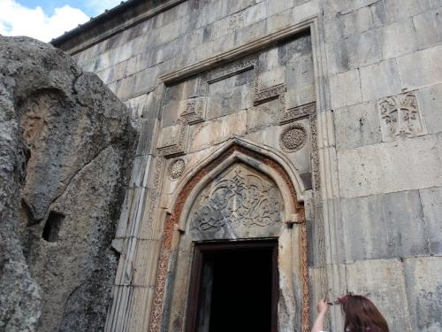 入口には繊細なレリーフ。<br /><br />どこかケルトの模様とも相通じるところがあります。