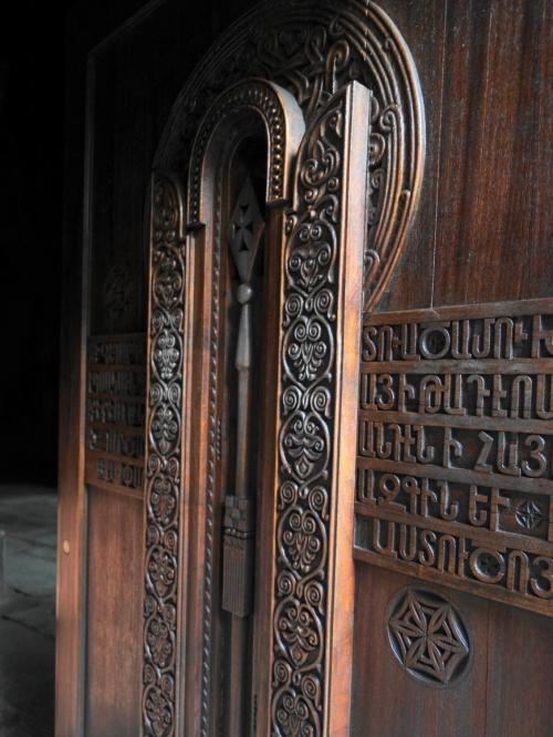 槍を彫り込んだ入口の扉。
