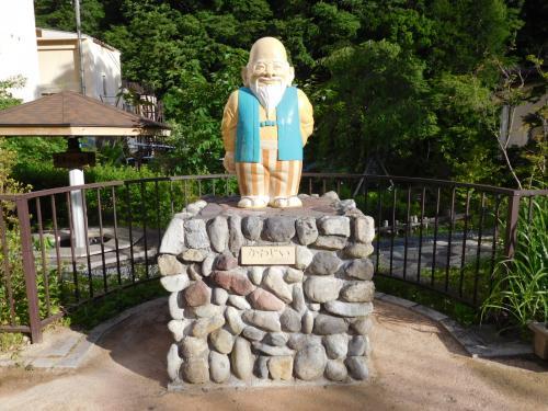 ホテルの隣には川治ふれあい公園があり、<br />川治温泉のキャラクター「かわじい」の像がある。