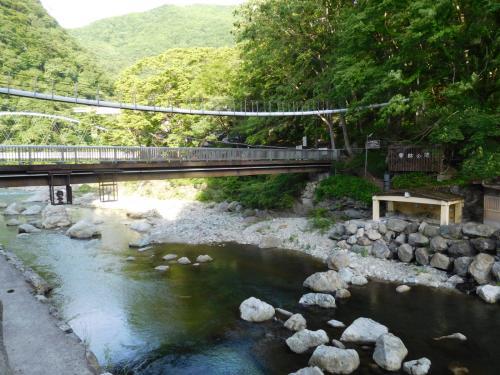 川沿いの遊歩道を歩いていると、温泉が見える。
