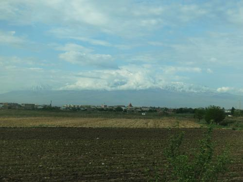 田園風景の中をホルヴィラップ修道院へ。<br /><br />途中、アララト山が見え隠れします。