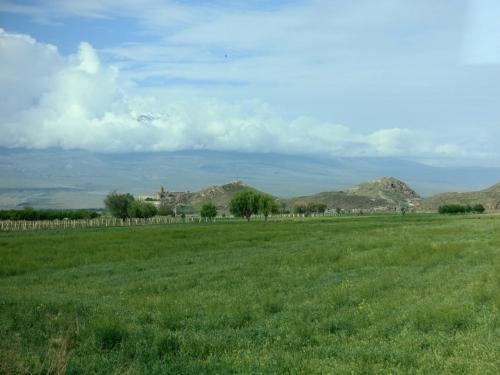 田園の中、小高い丘の上にホルヴィラップ修道院が見えてきました。<br /><br />アララト山を背にした修道院が、アルメニアの中でもフォトジェニックな場所として有名なのですが…