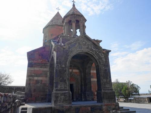 中央に建つのはアストヴァシャシン聖堂。17世紀の建物です。