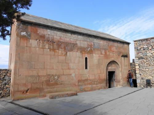 バシリカ様式の地味な建物が、穴の上に建てられた聖グリゴール聖堂。