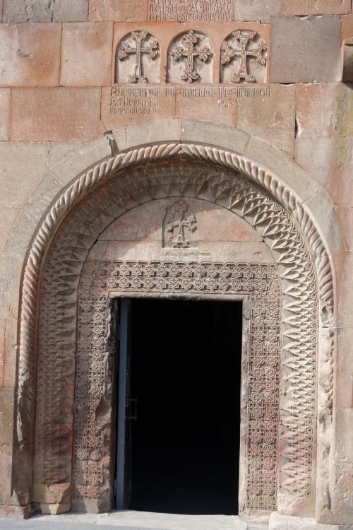 入口。繊細な装飾が施されています。