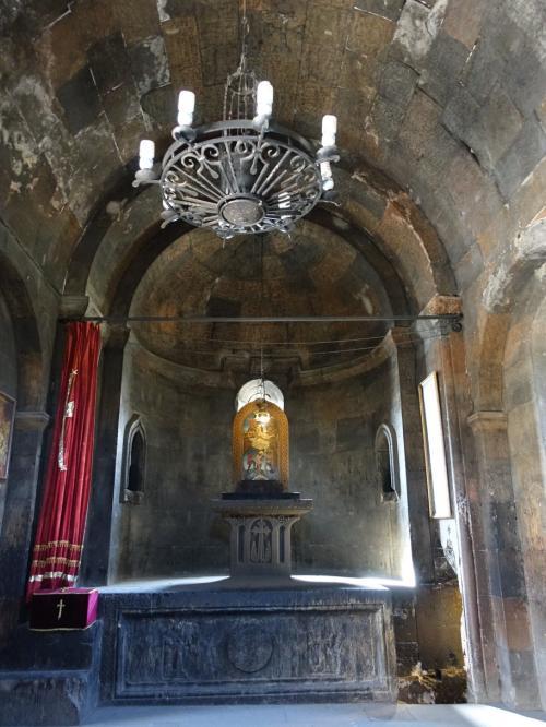 聖グレゴール聖堂の祭壇。ここもカーテンがかかっていて、今も生きている教会だとわかります。