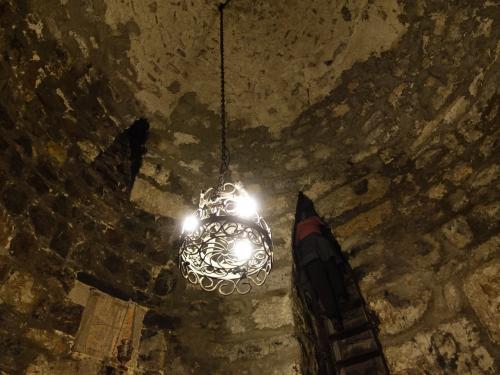 壁に穿たれたニッチから、階段が。<br /><br />天井から下まで10mくらいでしょうか。